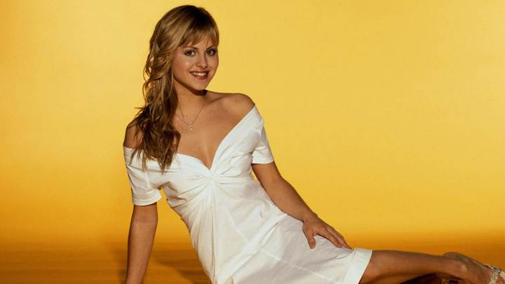 Tina O'brien Smiling Sitting Pose In White Dress